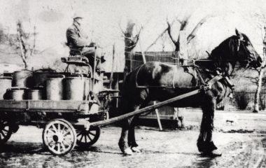 Søppelkjøring med hest og kjerre