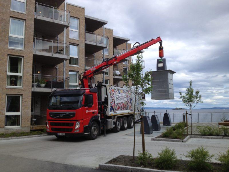 Tømming av nedgravd container. Bilde fra Ilsvika.