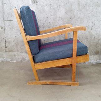 Vintage stol med blå og plommerød putetrekk