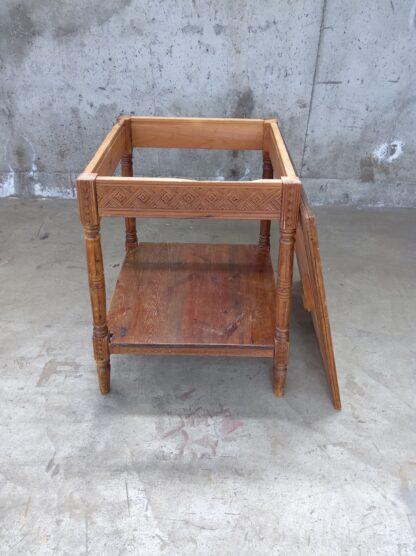Avlastningsbord i tre med utskjæringer 1