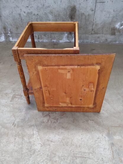 Avlastningsbord i tre med utskjæringer 2