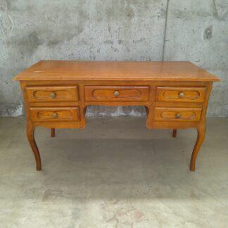 Eldre skrivebord med skuffer