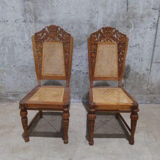 Trestoler med flotte utskjæringer